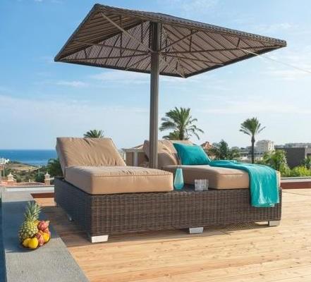 Gartenliege mit Mückennetz und Sonnenschirm