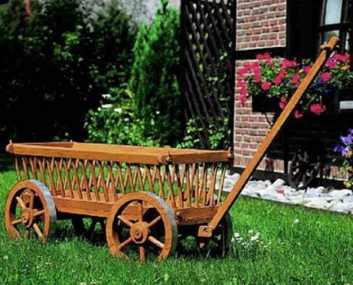 Leiterwagen als Blumendopf