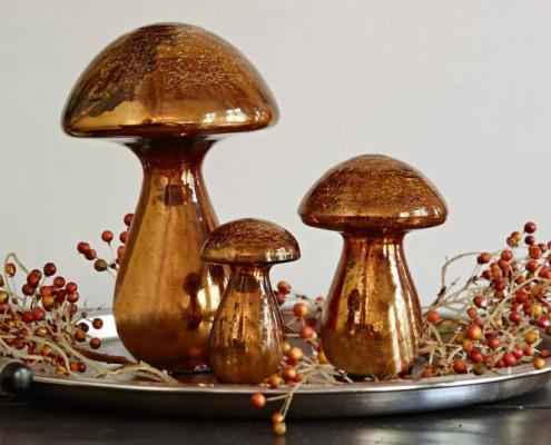 Pilze aus Glas für die Wohnungsdekoration im Herbst