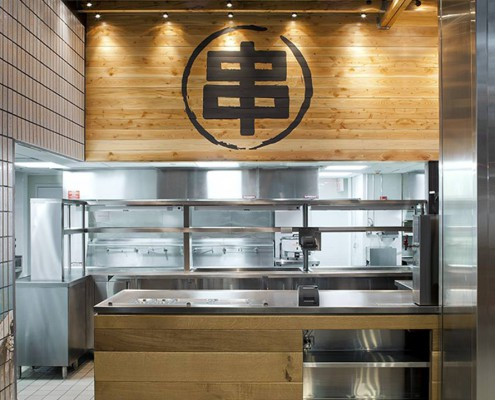 Die Küche in Holz und Edelstahl