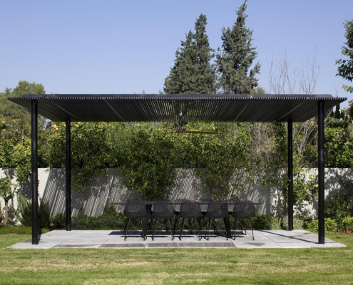 Float House, Gartenmöbel unter Sonnendach