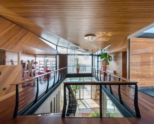 Exklusiver Wohnbereich mit offenen Räumen und viel Holz