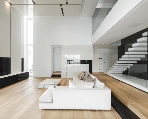 Auch im Wohnraum setzt sich der schlichte, aber elegante Stil fort