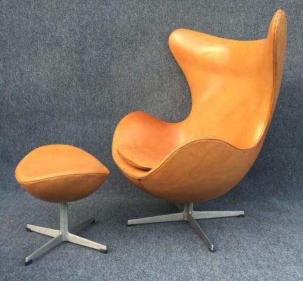 Cognacfarbener Egg Chair mit Fußhocker von Arne Jacobsen für Fritz Hansen
