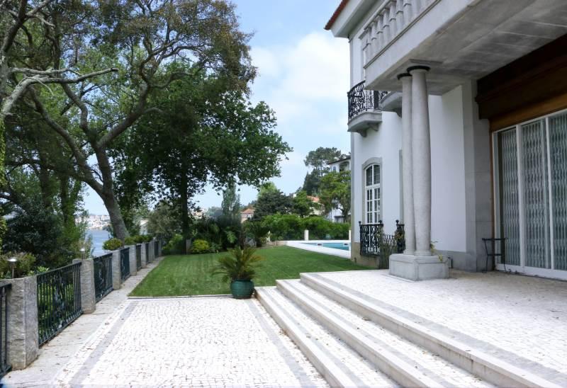 Garten und Aufgang zum Haus