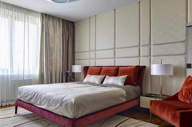 Schlafzimmer mit noblen Designerlampen