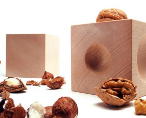 Nusskubus eine archaische Art Nüsse zu öffnen
