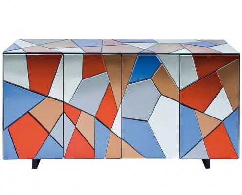 Sideboard mit bunter Oberfläche aus eingefärbten Spiegelglas