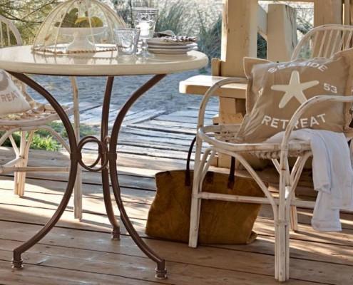 Gartentisch und Gartensessel im Landhausstil