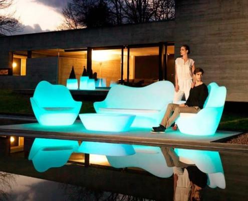Sabinas Gartensofa, Gartensessel und Gartentisch auch mit LED Licht erhältlich