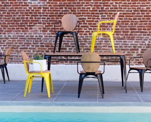 Sessel SAM und Esstisch SAM aus Metall und Weidenholz