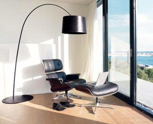 Twiggy LED Bogenleuchte mit Lounge Chair von Charles und Ray Eames
