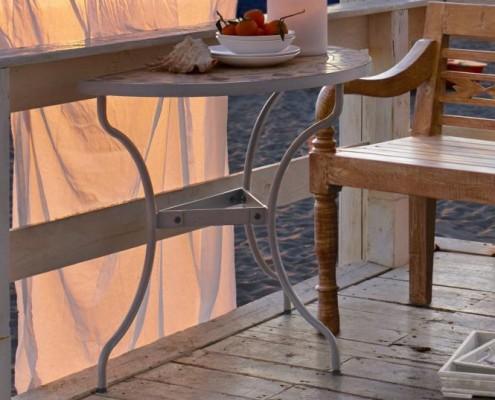 Der Tisch würde zum Beispiel ganz super auf Ihren Balkon passen