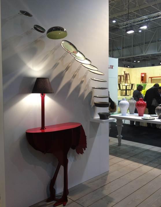 Straußlampe mit Tisch und Regal