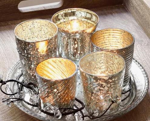 Tablett mit Teelichtern für die Weihnachtsdekoration