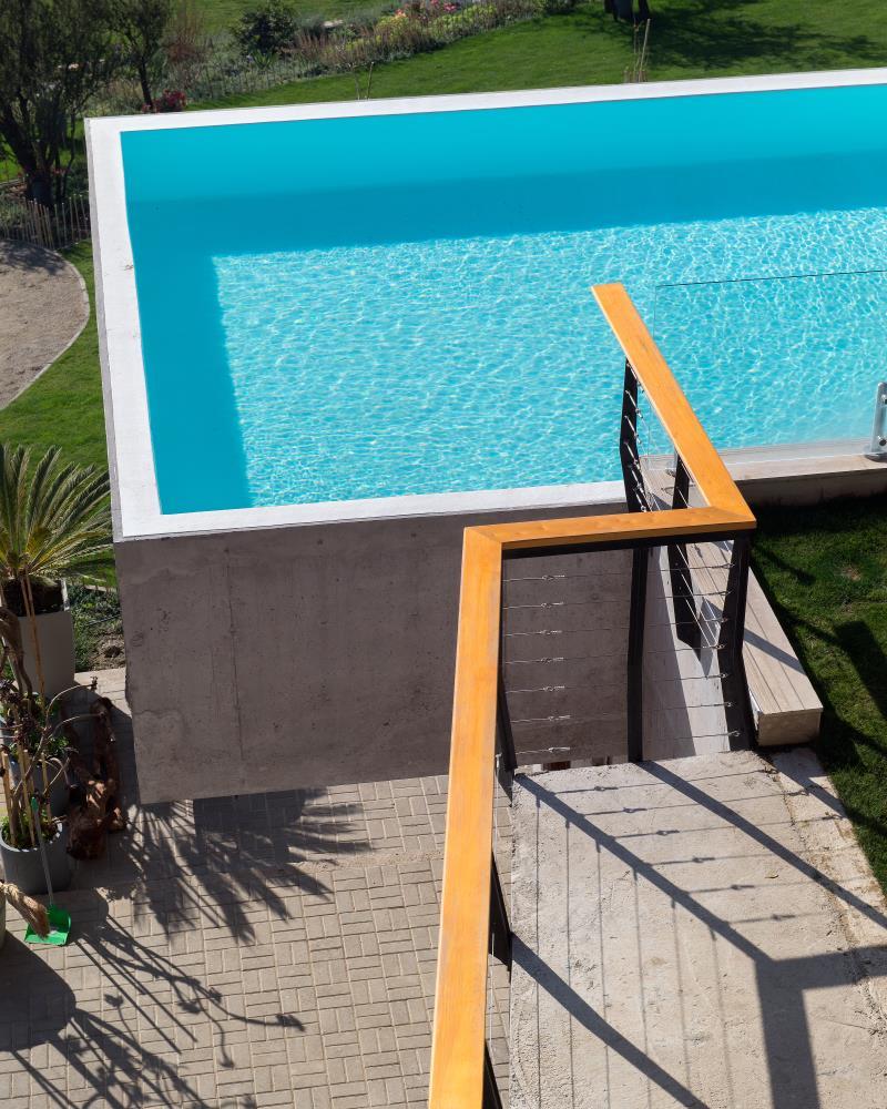 ein pool als balkon design m bel. Black Bedroom Furniture Sets. Home Design Ideas