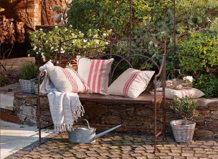 Romantische Gartenbank